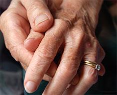 vivre couple mains agées