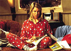 Bridget Jones en pyjama sur son canapé