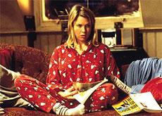 Bridget Jones en pyjama sur son canapé