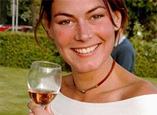 Une femme boit du vin