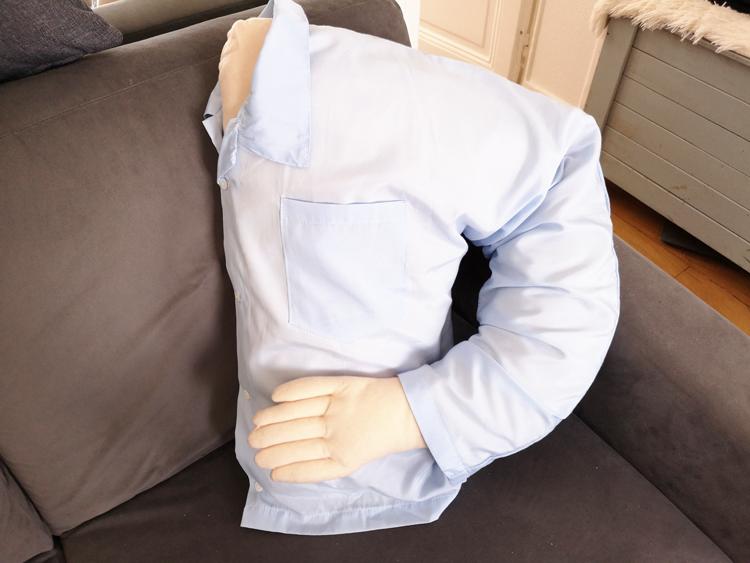 Un coussin câlin avec bras : super idée de cadeau pour nana célibataire