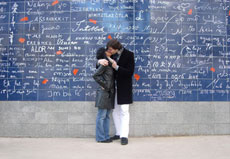 Amoureux devant le mur des je t'aime - endroit romantique