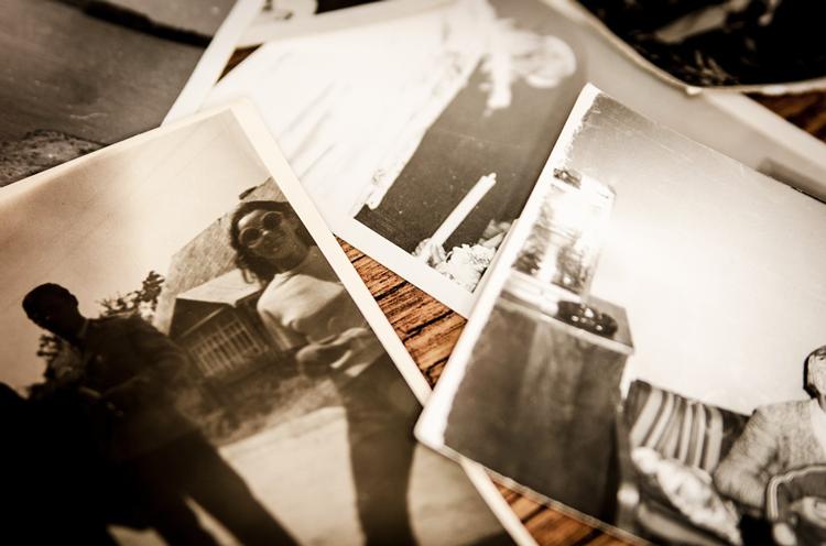 photos de personnes en noir et blanc posées sur une table
