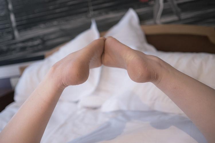 pieds nus qui se touchent vu de la voute plantaire