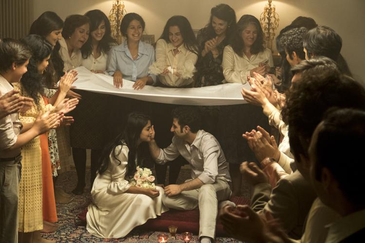 Kheiron touche la joue de Leila Bekti à leur mariage.