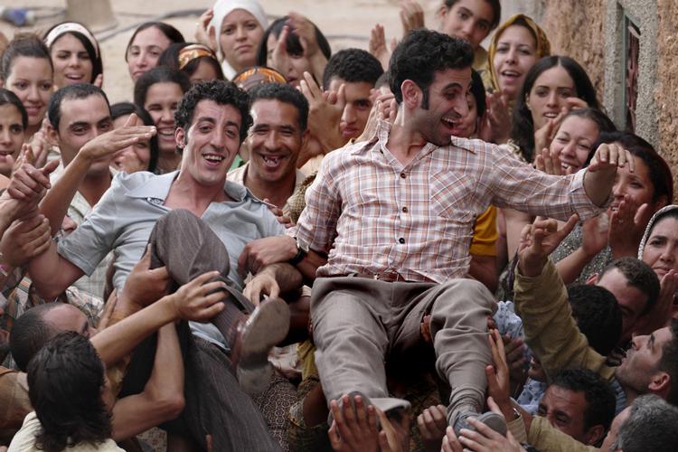 Kheiron est porté par des personnes dans une foule