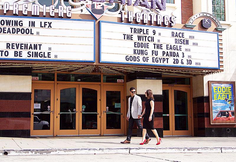 couple élégant marchant devant un cinéma américain