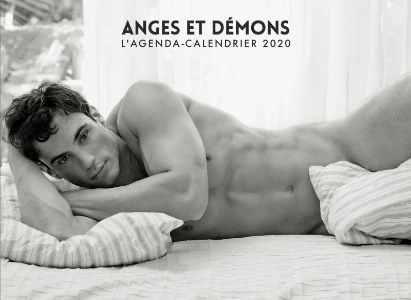 homme nu sexy allongé calendrier ange ou démon en noir et blanc