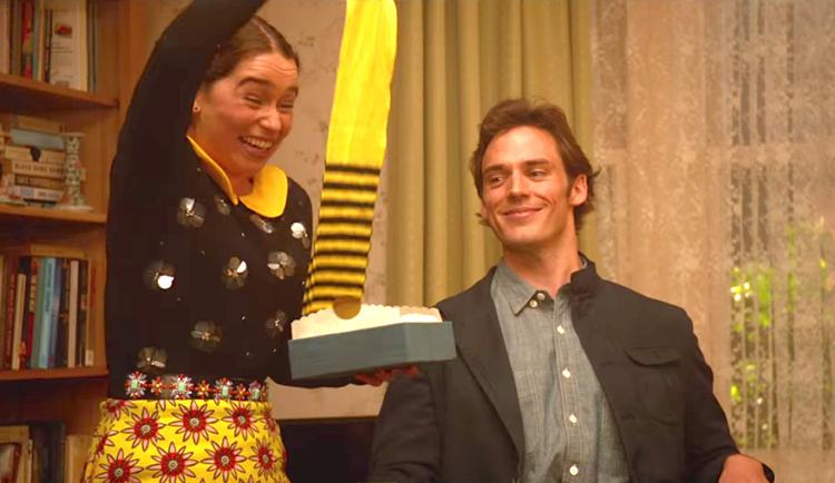 Copine qui reçoit des chaussettes originales par son petit copain