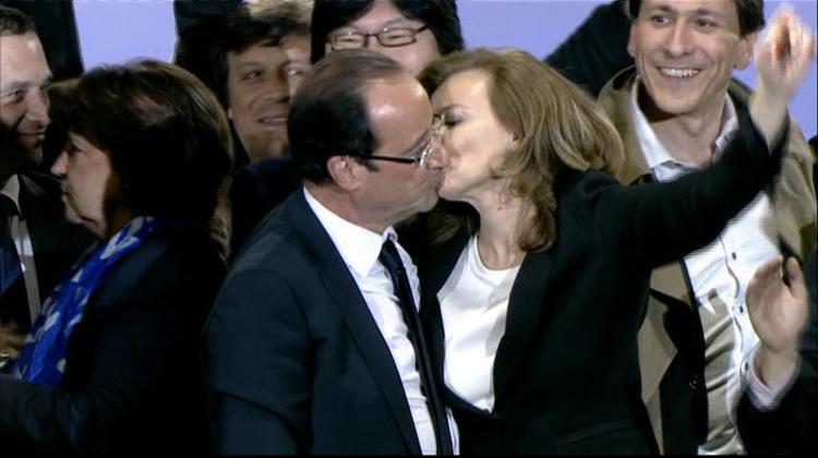François Hollande et Valérie Trierweiler s'embrassent