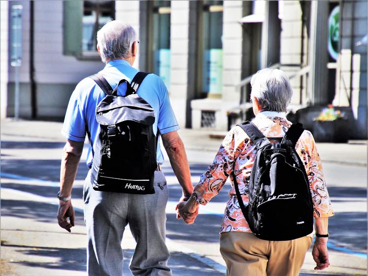 couple de seniors de dos qui se tient main dans la main