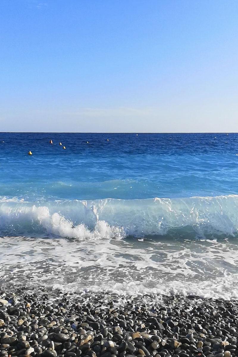 Bord de la plage avec galets à Nice