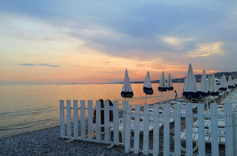 Terrasse bord de mer avec parasols sur la promenade des anglais à Nice