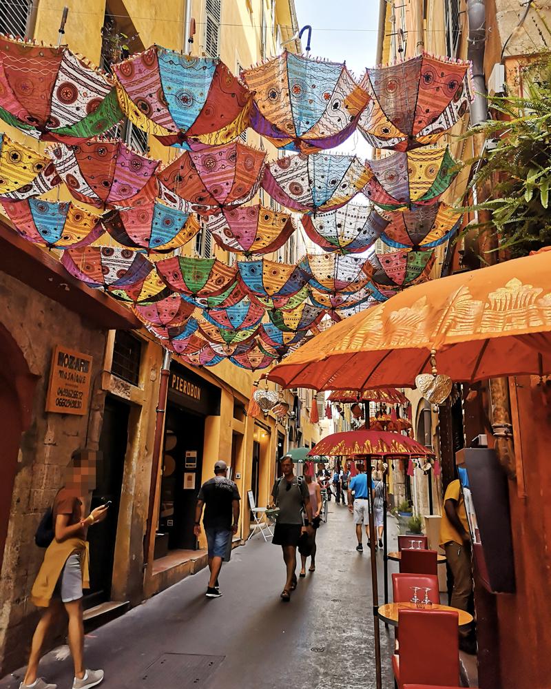Parapluies colorés suspendus dans une ruelle du vieux Nice