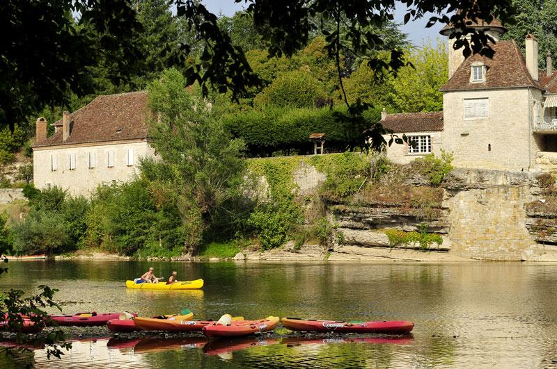 Canoës et Kayak sur la rivière en Dordogne