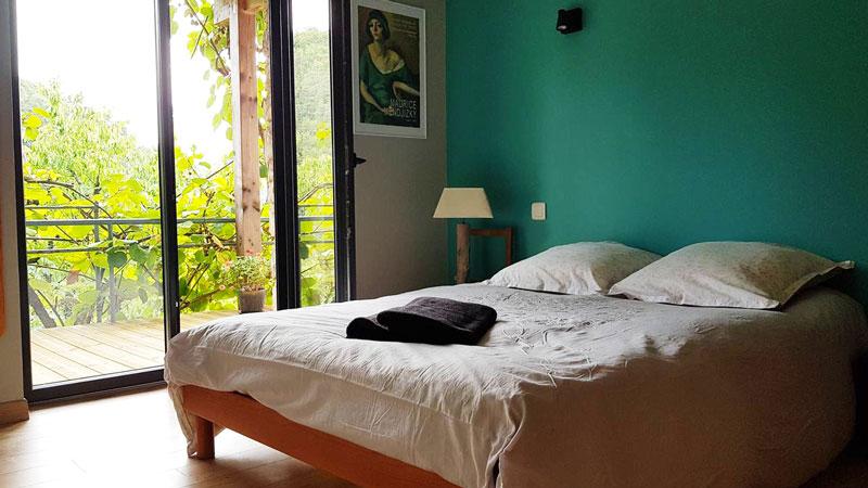chambre airbnb avec terrasse arborée à besançon