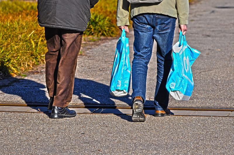 hommes courses avec sac plastique non écolo