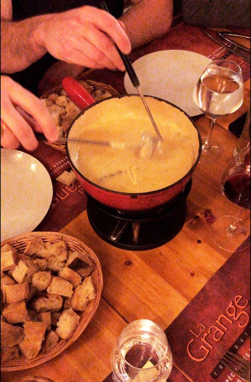 casserole de fondue savoyarde au restaurant la Grange