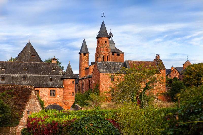 village aux façades rose orangée de la Dordogne