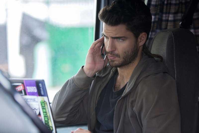 acteur Maxi Iglesias au téléphone