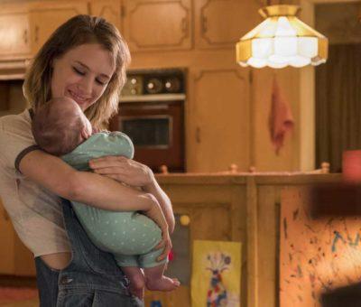 jeune maman avec un bébé dans les bras