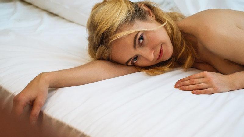 femme nue couchée dans un lit